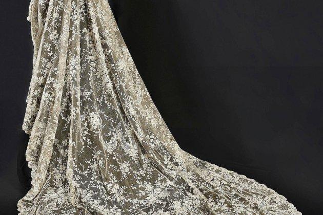 Le voile de mariée en dentelle adjugé à Alençon pour 65 000 euros!