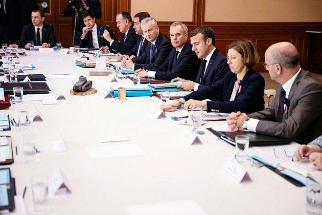 Macron réunit son gouvernement hors de l'Elysée, poursuivi par la grogne sur les carburants