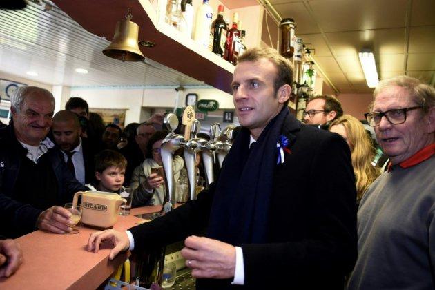 Macron rencontre des habitants dans un bar PMU près de Lens