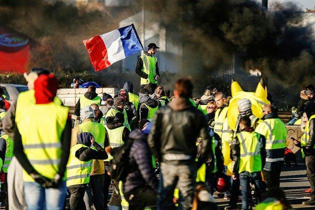 """Nouveaux rassemblements de """"gilets jaunes"""", des dépôts pétroliers bloqués"""