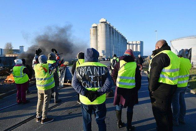 """Des """"gilets jaunes"""" moins nombreux ciblent les autoroutes et les dépôts de carburant"""
