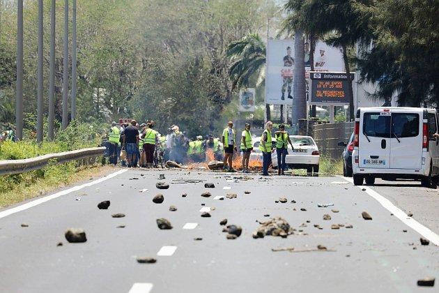 """Les """"gilets jaunes"""" continuent leurs blocages, ciblant autoroutes et dépôts de carburant"""