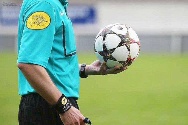 Un arbitre de foot suspendu pour avoir fait un pierre-feuille-ciseaux...les autres arbitres en organisent d'autres pour protester