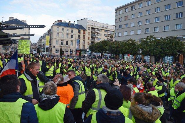 Plus de 1 000 Gilets jaunes défilent dans les rues de Caen