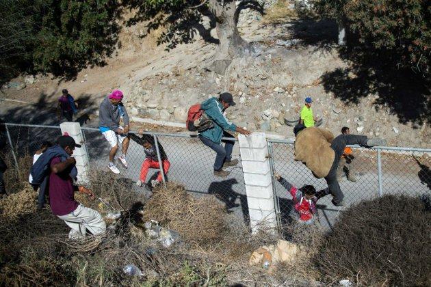 Des centaines de migrants tentent de franchir la frontière américaine à Tijuana
