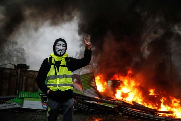 """""""Gilets jaunes"""": après une journée de chaos, l'exécutif cherche une réponse"""