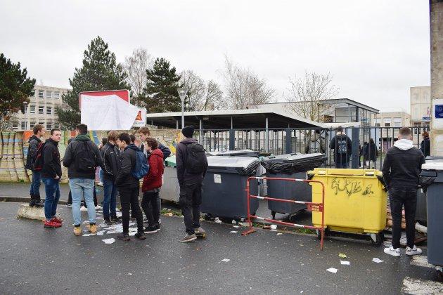 Caen: des lycéens dans la rue appellent à un grand blocus