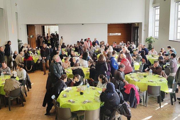 Repas de fête pour 300 invités défavorisés à Alençon