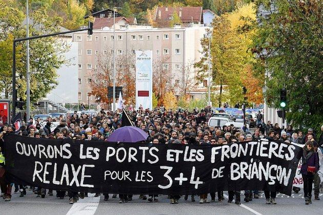 """Aide aux migrants: les """"sept de Briançon"""" condamnés par la justice"""