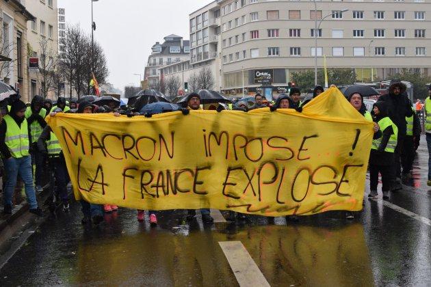 Gilets jaunes: à Caen, manifestation pluvieuse mais toujours nombreuse