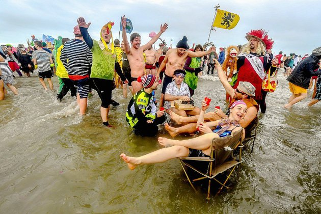"""A Malo-les-Bains, traditionnel """"bain des givrés"""" pour le Nouvel An"""