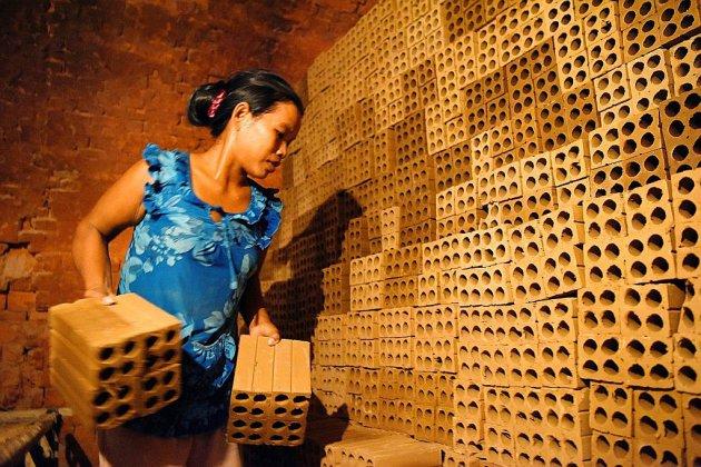 Au Cambodge, les réfugiés climatiques, esclaves modernes des fabriques de briques