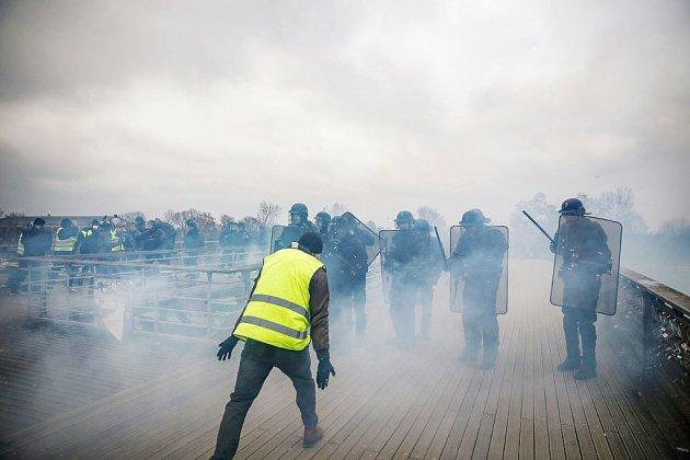 """50.000 """"gilets jaunes"""" mobilisés dans la rue, heurts à Paris et en province"""
