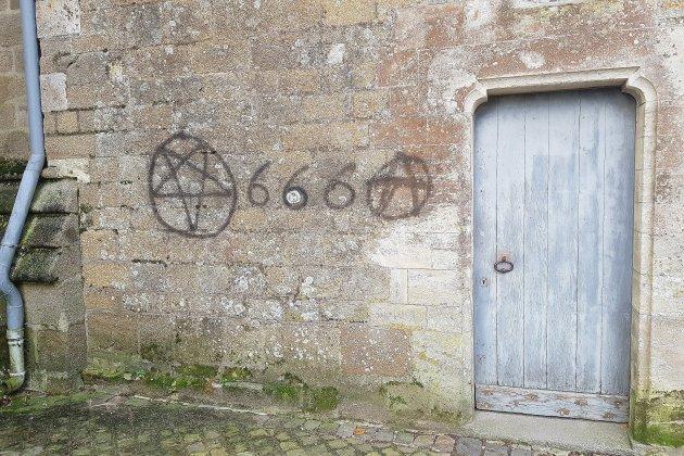 Manche: tags sataniques sur la cathédrale de Coutances