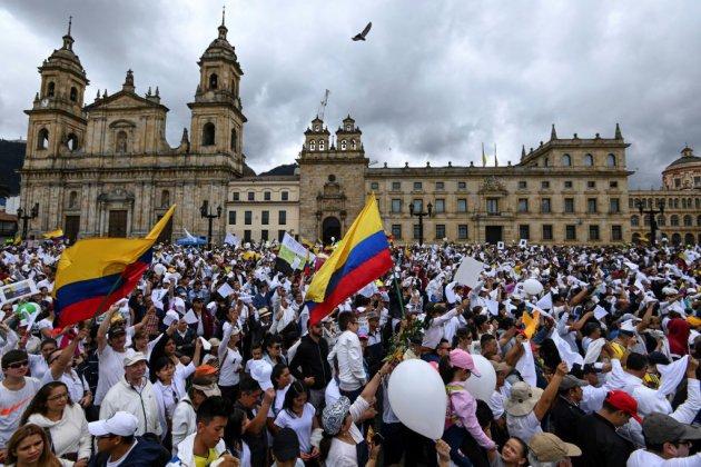 Colombie: marche contre le terrorisme après l'attentat de Bogota