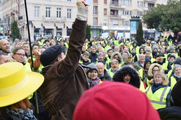 Gilets jaunes: près de 2 000 personnes à Caen, des débordements à Mondeville