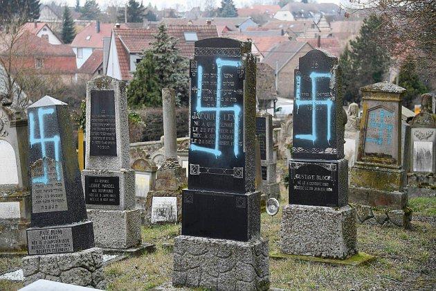 """Macron promet des actes """"forts"""" après la profanation d'un cimetière juif alsacien"""