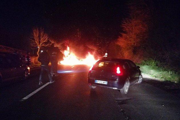 Gilets jaunes: pneus et palettes incendiés sur l'axe Caen-Ouistreham