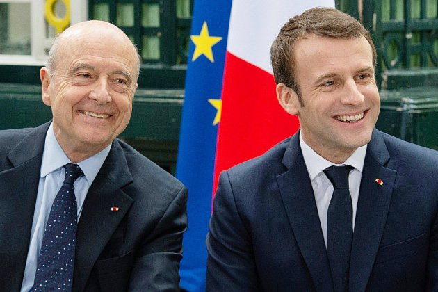"""""""Gilets jaunes"""": au côté de Juppé, Macron appelle à """"un retour calme"""""""
