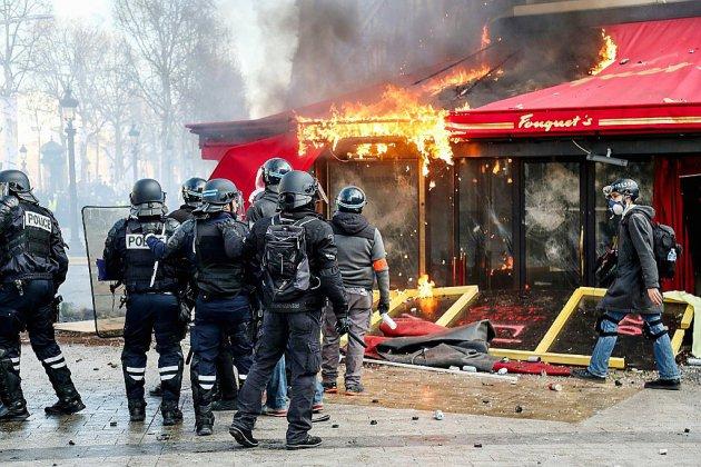 """""""Gilets jaunes"""": l'exécutif sous pression après un week-end calamiteux"""