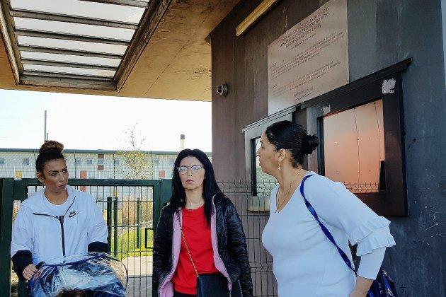 Des familles de détenus manifestent devant le centre pénitentiaire de Condé-sur-Sarthe
