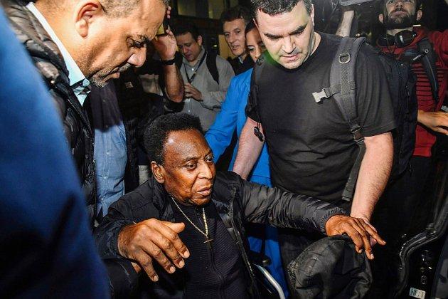 De retour au Brésil, Pelé en observation à l'hôpital