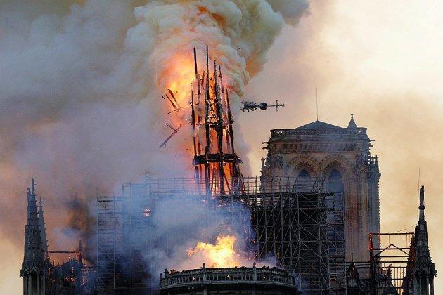 """Notre-Dame de Paris, défigurée mais encore debout, sera """"rebâtie"""" promet Macron"""