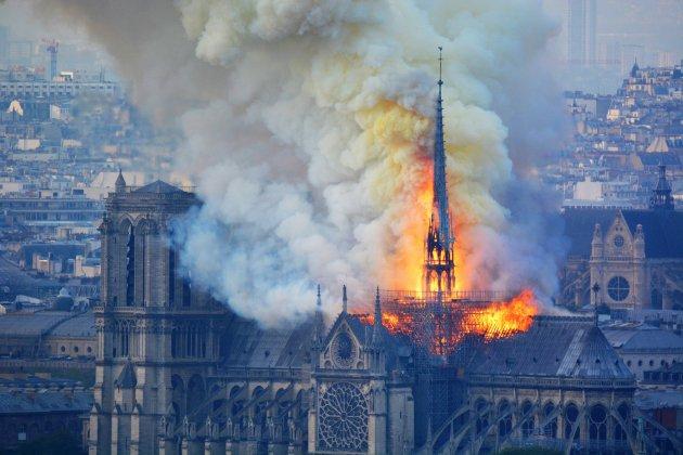"""Notre-Dame: """"L'image de la croix lumineuse et intacte est un symbole très fort"""""""