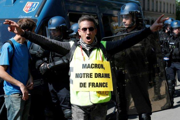 """""""Gilets jaunes"""": premières échauffourées dans le cortège parisien (journaliste AFP)"""