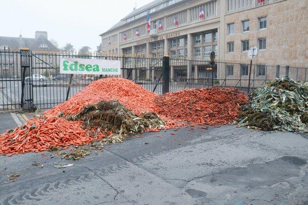 Manche: carottes et poireaux déversés devant la préfecture
