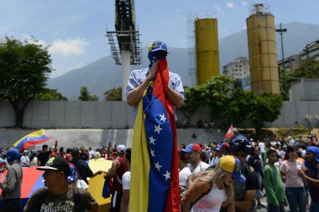 """""""Tant que Dieu me le permet"""": à Caracas, les partisans de Guaido décidés à déloger Maduro"""