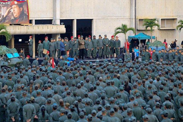 """Après l'appel au soulèvement de Guaido, Maduro ordonne à l'armée de """"combattre les putschistes"""""""