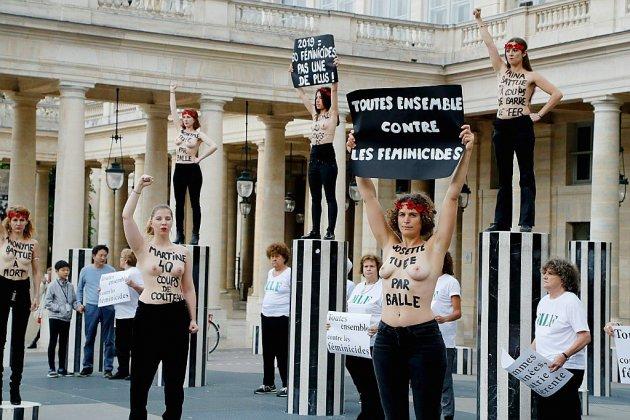 """""""Stop féminicide!"""": coup d'éclat des Femen à Paris"""