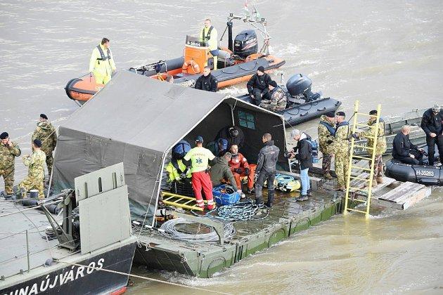 """Naufrage à Budapest: des opérations de recherche """"extrêmement dangereuses"""""""