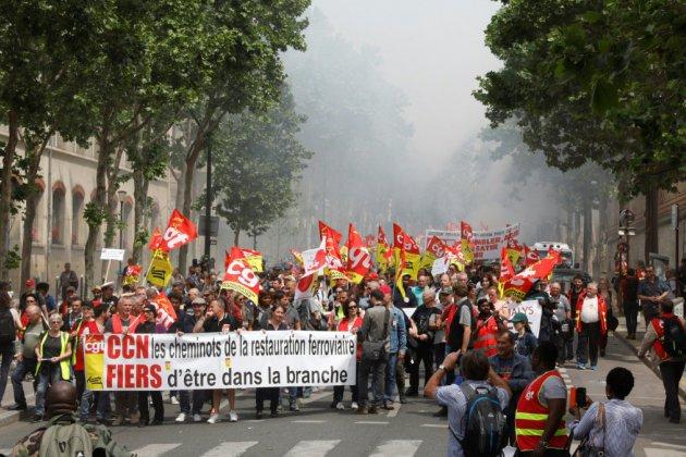 """Des milliers de cheminots dans la rue à Paris contre une réforme """"rouleau compresseur"""""""