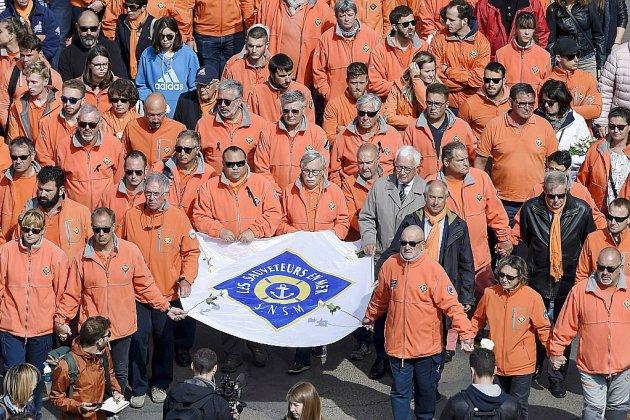 Plus de 15.000 personnes rendent hommage aux sauveteurs des Sables d'Olonne