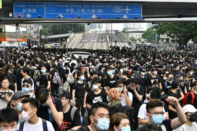 Hong Kong: des milliers de manifestants bloquent deux artères principales