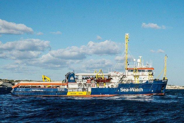 Migrants: le Sea-Watch défie Salvini et force le blocus des eaux italiennes