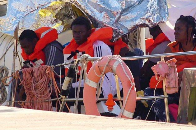 Italie: un navire humanitaire accoste à Lampedusa, Salvini interdit tout débarquement