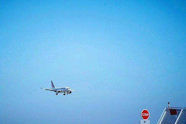 Le gouvernement va mettre en place une écotaxe de 1,50 à 18 euros sur les billets d'avion