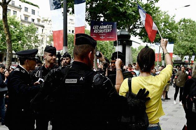 Sur les Champs-Elysées, des ballons jaunes et des sifflets pour Macron