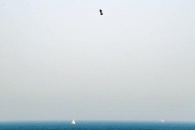 """""""L'homme volant"""" Franky Zapata a décollé pour traverser la Manche sur son """"Flyboard"""""""
