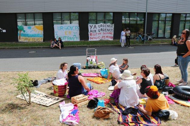 Caen : en tenue de plage, des infirmières des urgences du CHU manifestent