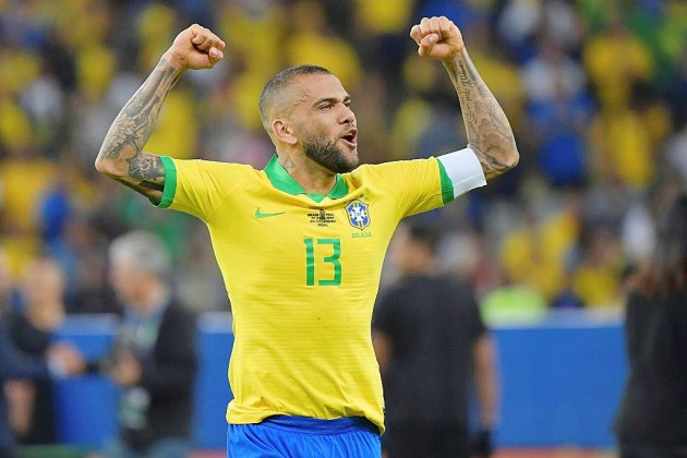 Le latéral brésilien Dani Alves signe à Sao Paulo (club)