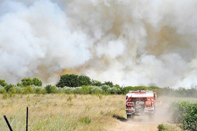 Incendies dans le Gard maîtrisés, le temps est aux questions