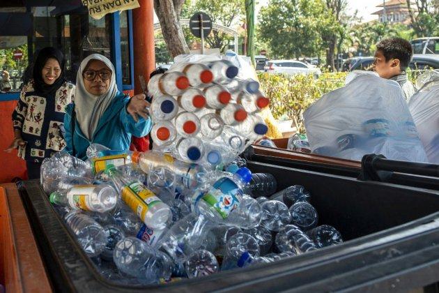 Indonésie : A Surabaya, un ticket de bus coûte trois bouteilles ou dix gobelets en plastique