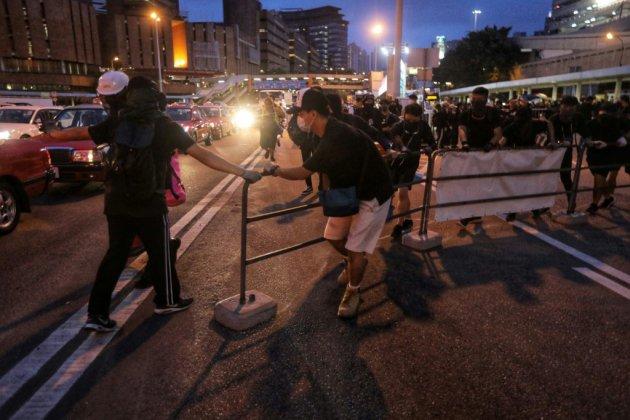 Hong Kong: les manifestants défient la police qui réplique avec des gaz lacrymogènes