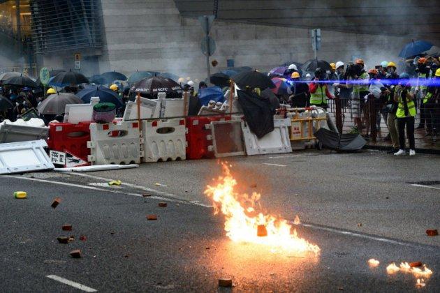 Escalade à Hong Kong: la police utilise des canons à eau