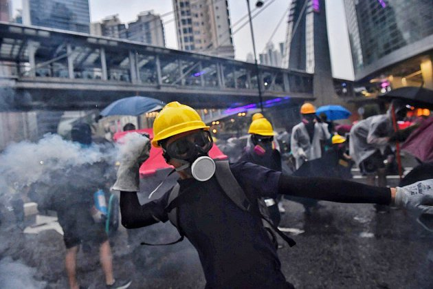 """Hong Kong: la police défend sa réaction face à des manifestants """"violents"""""""