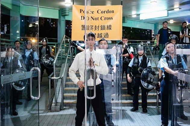 """La Chine """"relève"""" les troupes à Hong Kong avant une manifestation interdite"""